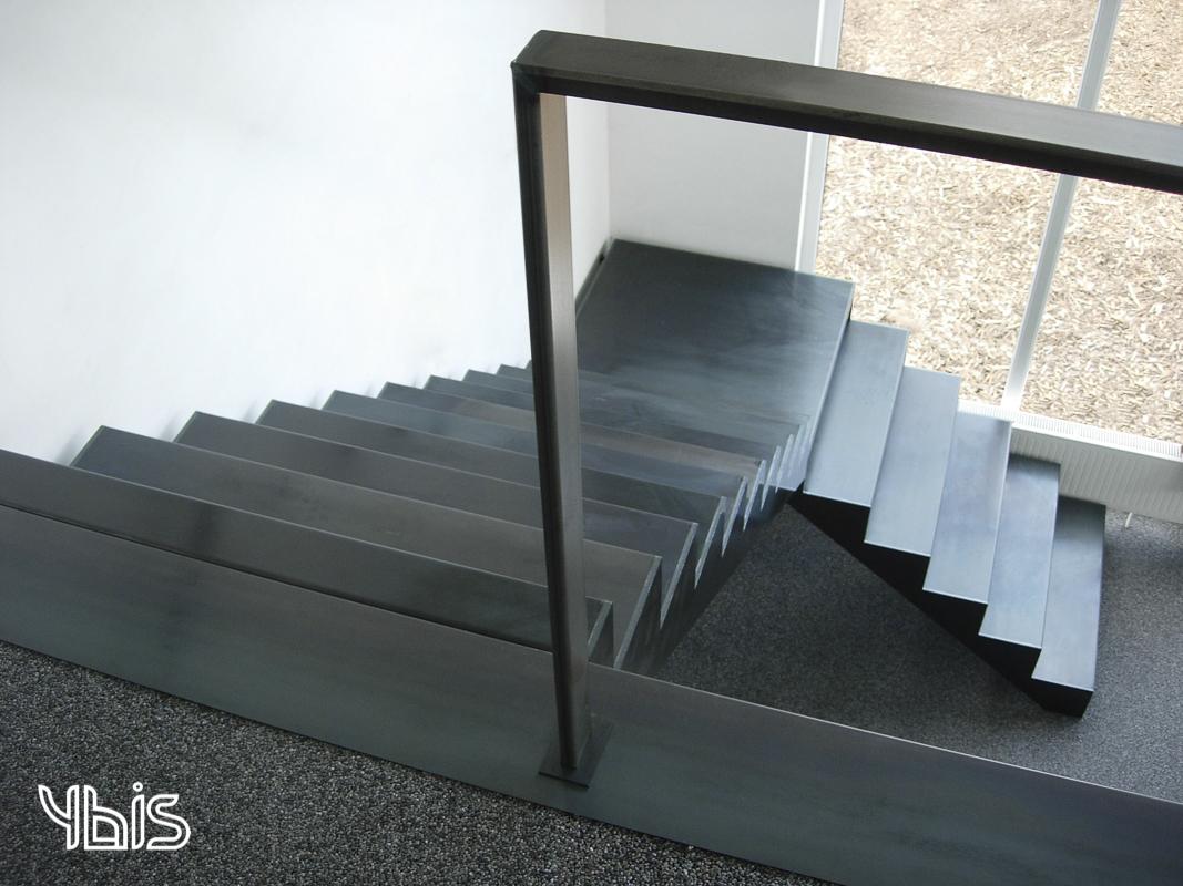 Ybis metalen of stalen of glazen trappen uit blauw staal glazen